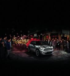 人群围观的汽车