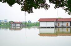 水中红房子
